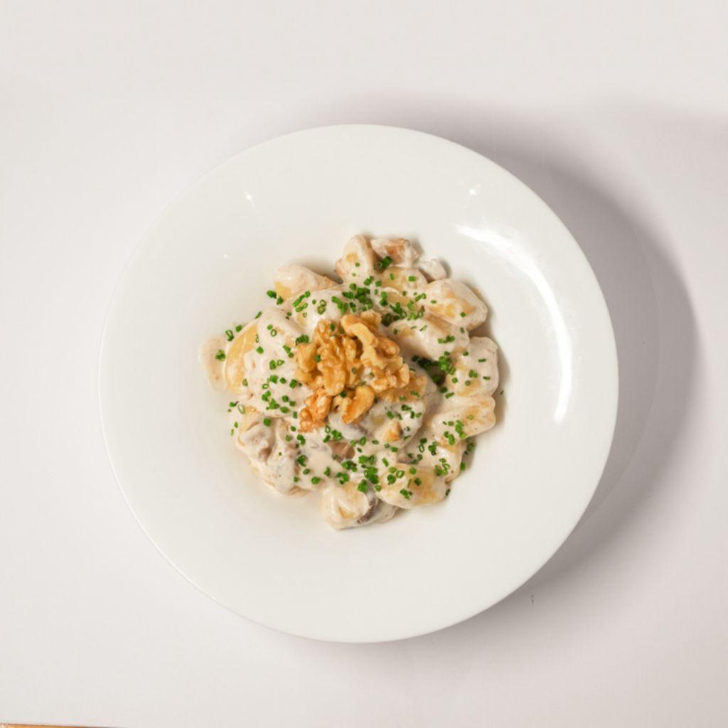 Gnocchis con salsa de setas, nueces y parmesano rallado