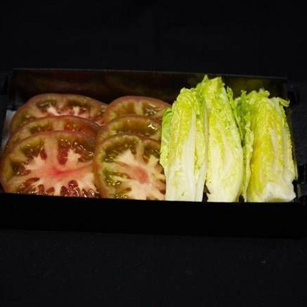 Ensalada de tomate con cogollos
