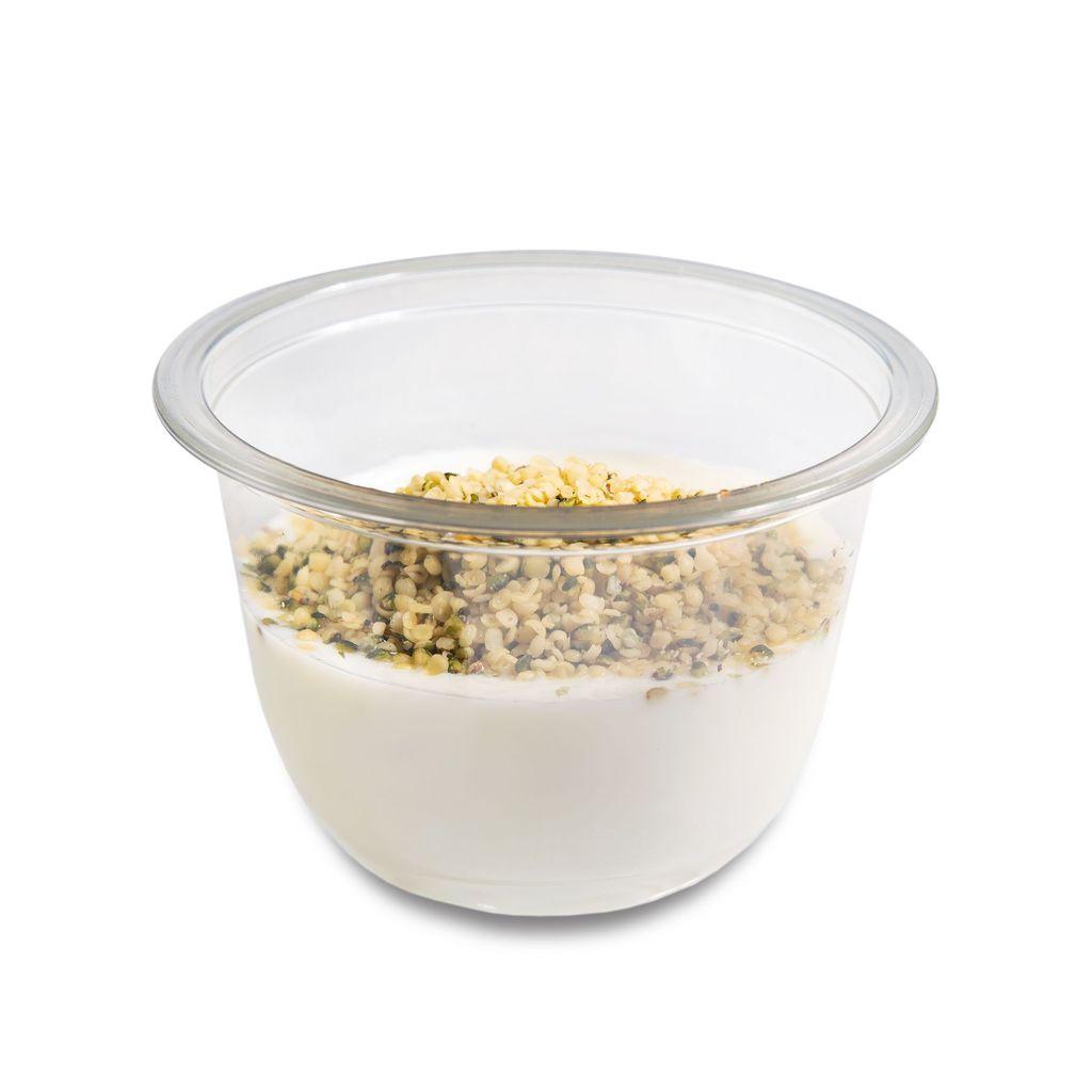 Yogur estilo griego con semillas de cáñamo