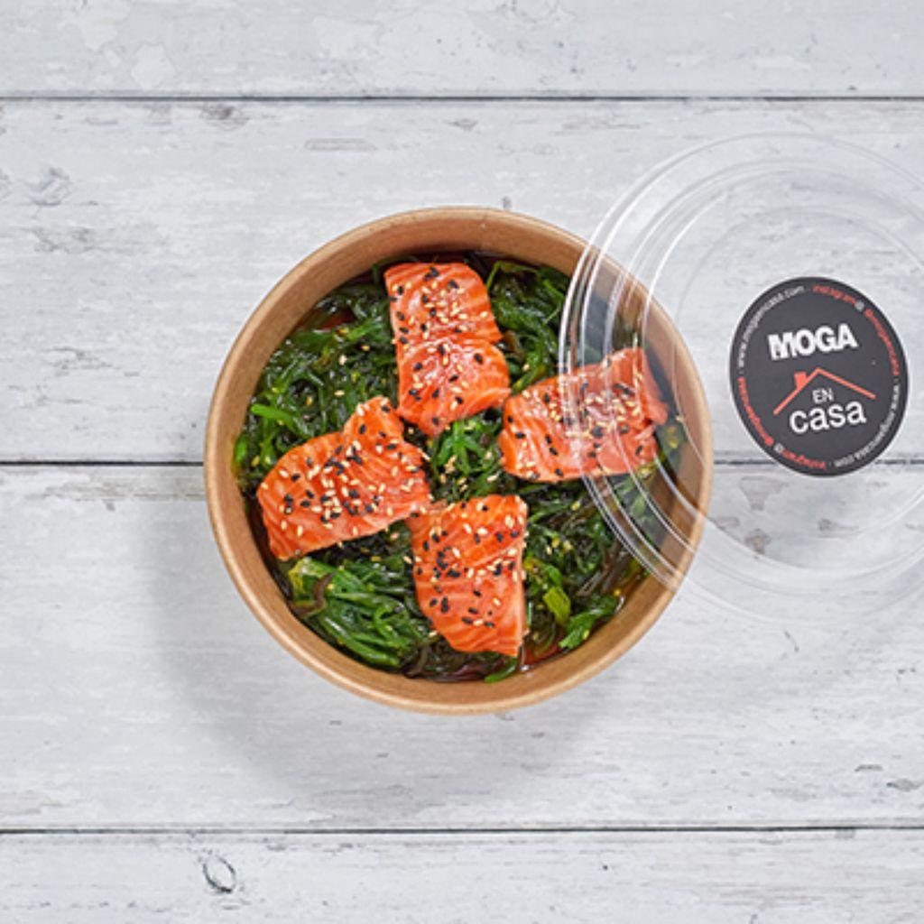 Ensalada de alga wakame con salmón y salsa de ponzu