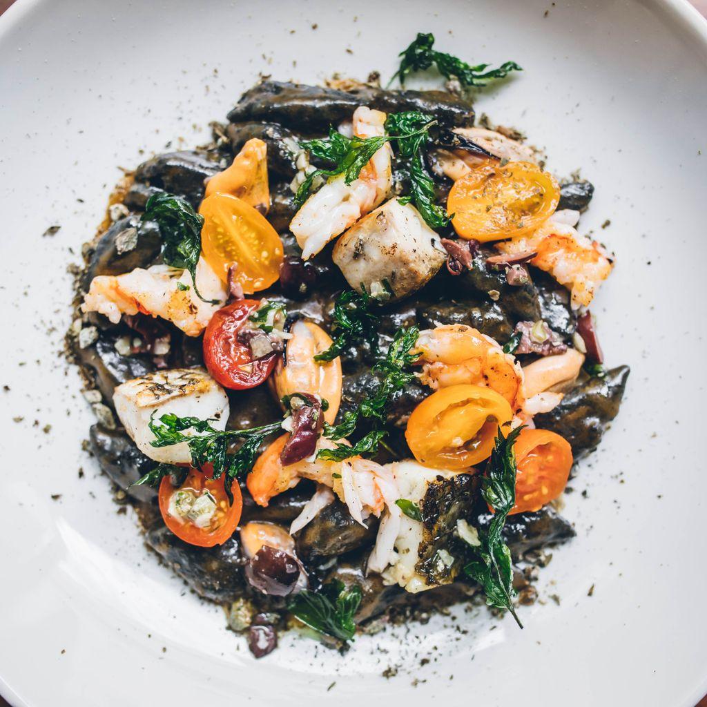 NERO DI SEPPIA - Langostinos, mejillones, tomate, alcaparras secas, tapenade de olivas, albahaca frita