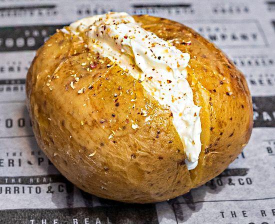 Patata Asada con Tzatziki