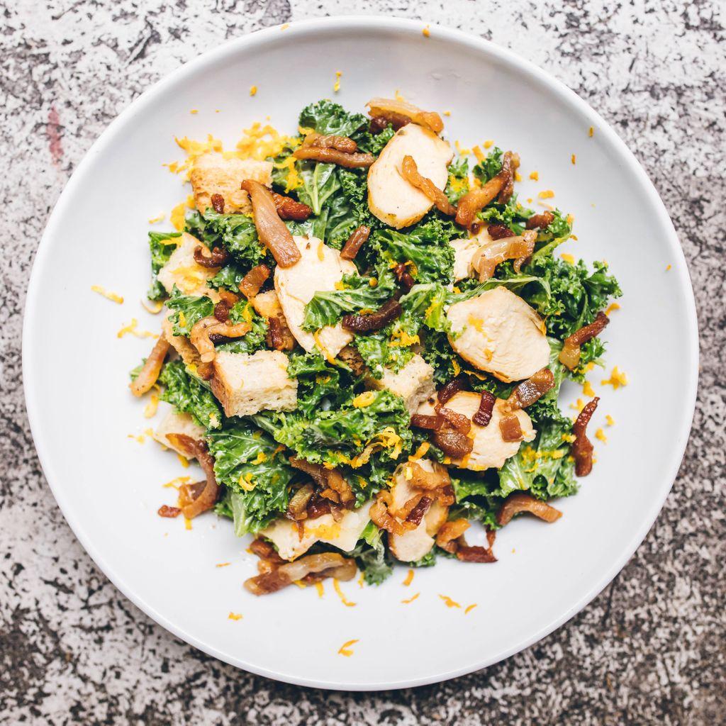 KALE CESAR - Kale, pollo a la parilla, panceta, crutones, parmesano, citricos