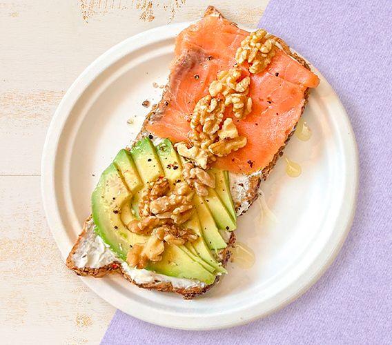 Toast de Queso crema, salmón ahumado, aguacate y nueces
