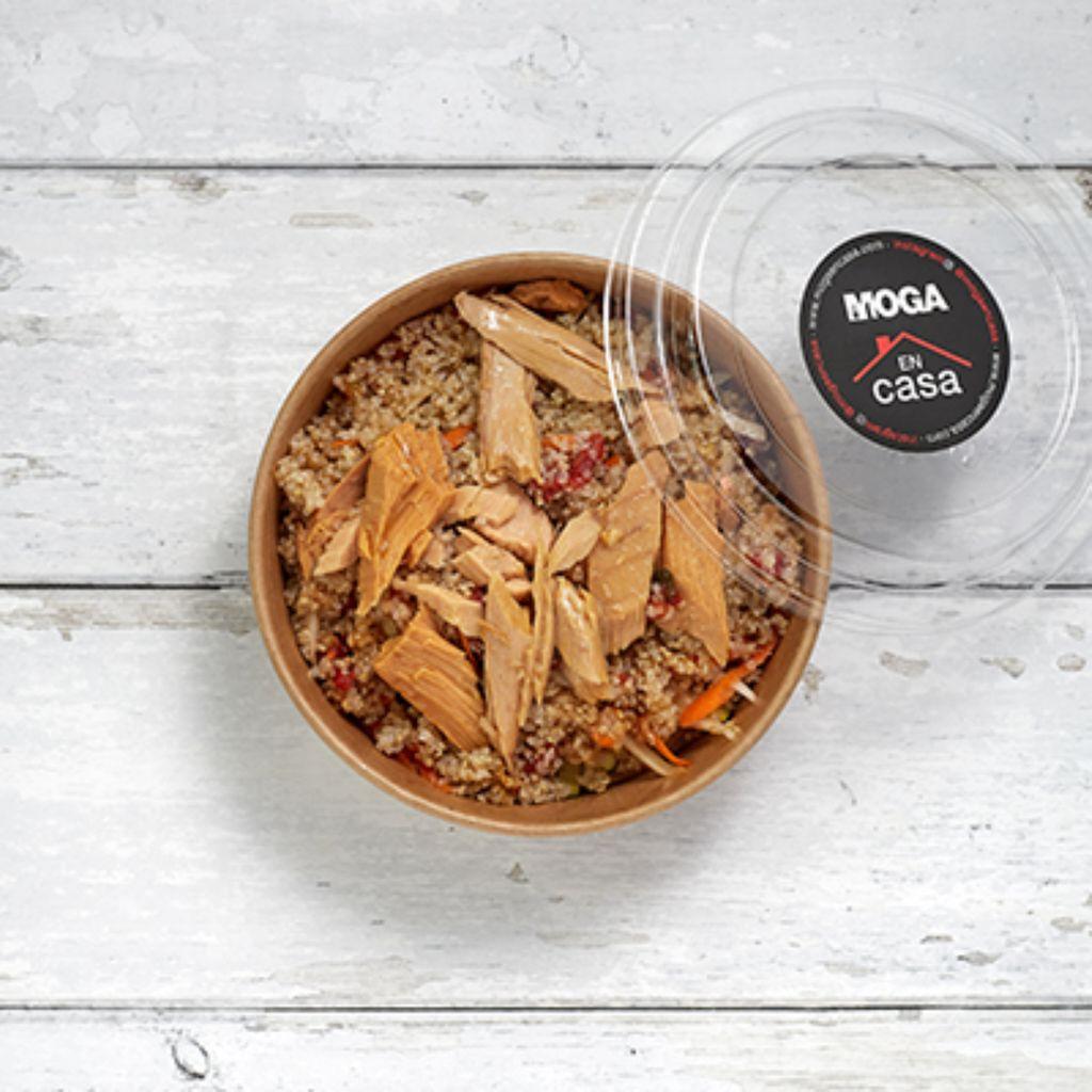 Ensalada de quinoa, tartar de tomate y bonito