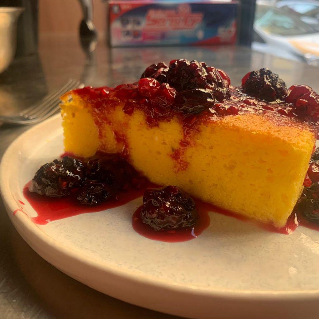La torta di ricotta con confettura di frutta fatta in casa