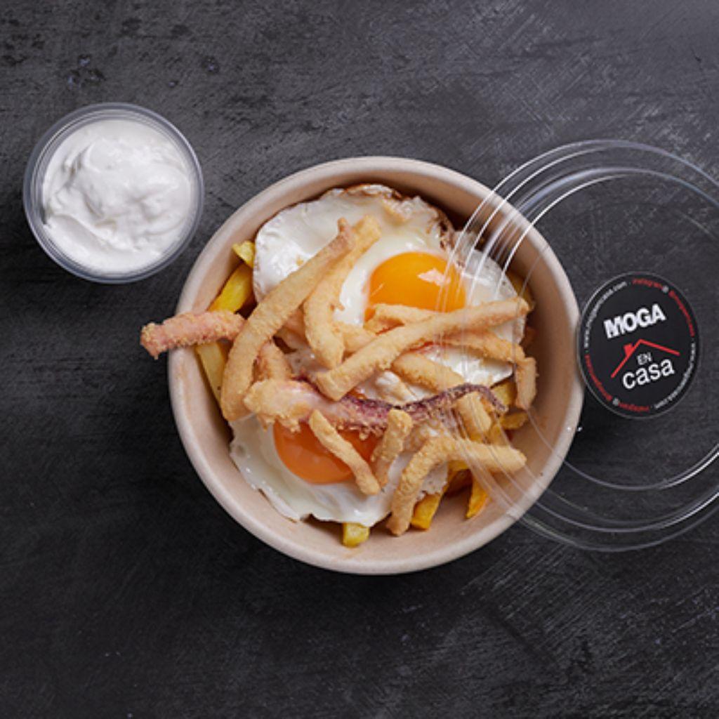 2 huevos rotos, patatas, alioli y calamares andaluza